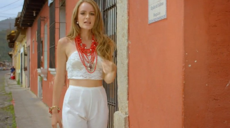 Video oficial de Traigo un Corazón de Stephanie Zelaya
